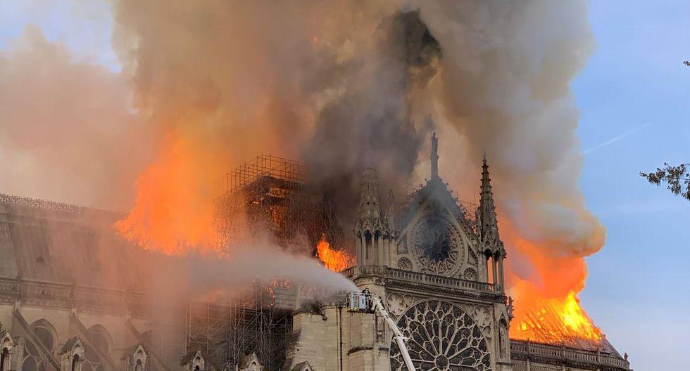 Voraz incendio consume catedral de Notre Dame en París. Foto: AFP