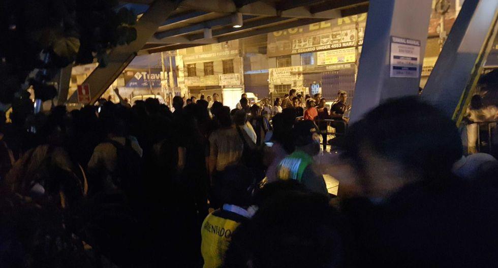 Un apagón en la estación Naranjal sorprendió a los pasajeros del Metropolitano. (Ameli Hidalgo)