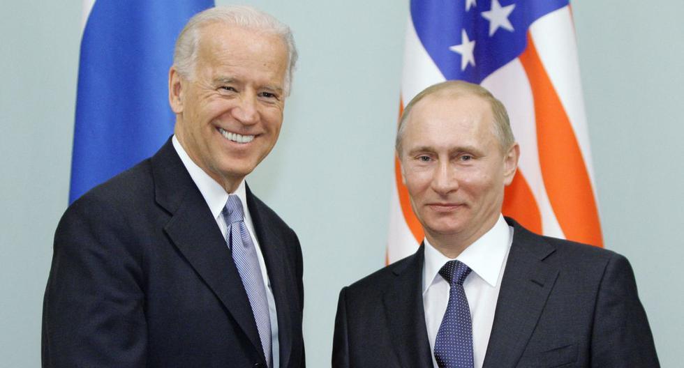 Imagen de archivo. Vladimir Putin se da la mano con Joe Biden durante una reunión en Moscú, el 10 de marzo de 2011. (ALEXEY DRUZHININ / POOL / AFP).