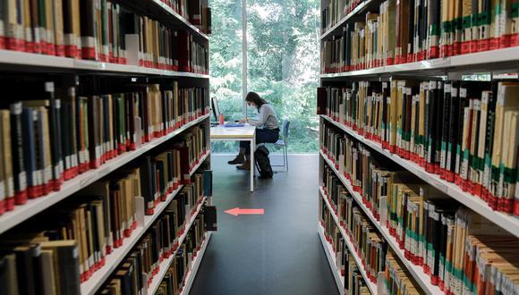 Estudiante trabaja en la biblioteca de la unidad del Instituto de Matemáticas de Orsay en la Universidad Paris-Saclay. (Foto: ALAIN JOCARD / AFP)