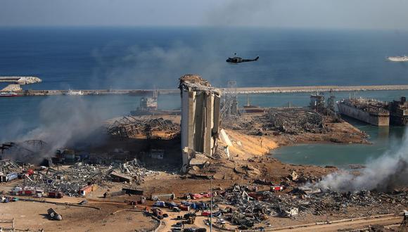 Una vista general muestra la devastación en el puerto de Beirut, horas después de que una poderosa explosión arrasara con una parte de la capital del Líbano. (STR/AFP)