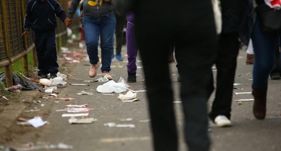 Se trata de botellas de plásticos, papel, cartón, entre otros desplegados en la Av. Brasil. (Fotos: Fernando Sangama)