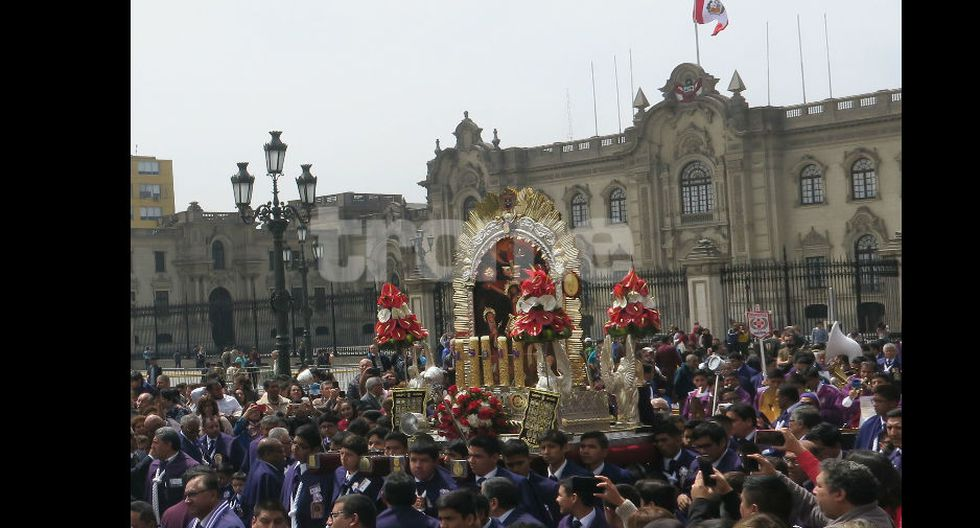 Multitud en procesión del Señor de los Milagros realizada por el grupo juvenil de la Hermandad. (Foto: Isabel Medina / Trome)