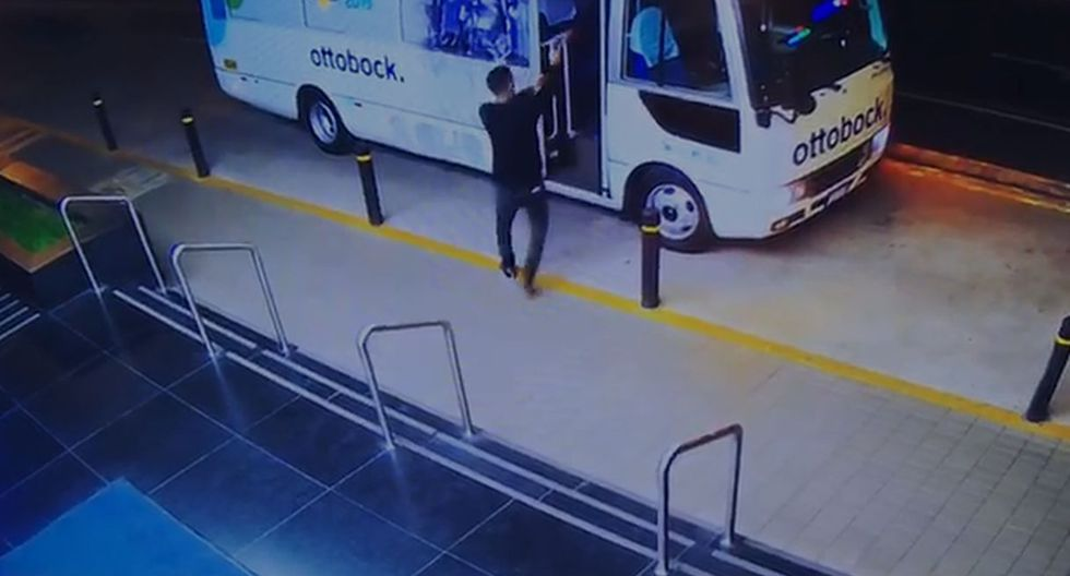 El impactante momento en el que extranjero balea a médico austriaco en plena entrada de hotel para robarle. Foto: Captura de pantalla de video de PNP