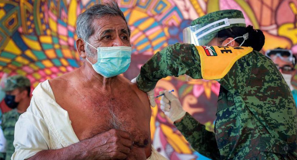 Un hombre indígena zapoteca del Istmo de Tehuantepec recibe una vacuna china de un solo disparo CanSino contra Covid-19, en Juchitán de Zaragoza, estado de Oaxaca, México el 22 de abril de 2021. / AFP / FRANCISCO RAMOS