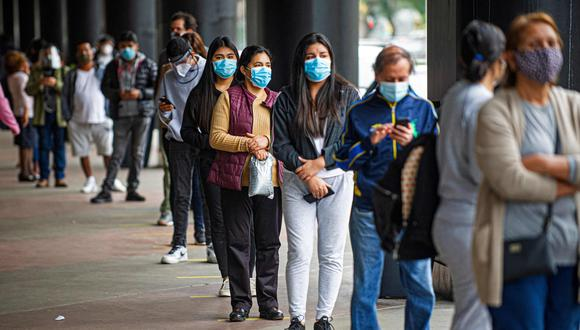 People queue outside a shopping mall in Lima on June 22, 2020, amid the COVID-19 coronavirus pandemic.  Peru began the reopening of the shopping malls on Monday, when the country celebrates 99 days of confinement and the confirmed cases of COVID-19 almost reach 255,000, in an attempt to accelerate the reactivation of the economy, which fell 40% year-on-year in April. / AFP / ERNESTO BENAVIDES