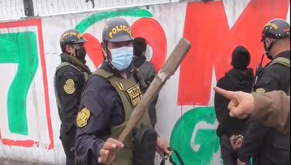 La Policía halló en poder de los menores el palo con clavos con el que golpearon e hirieron a un transeúnte para robarle. (Foto: PNP)