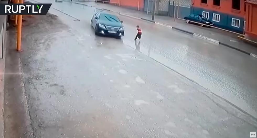 Conductor realiza increíble maniobra para evitar atropellar a un niño que cruzó la calle sin mirar. (YouTube / RT en Español)