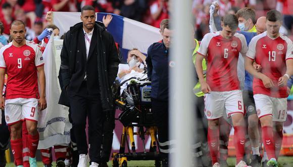 Christian Eriksen se desmayó en el campo y tuvo que ser reanimado por los médicos. (Foto: AFP)