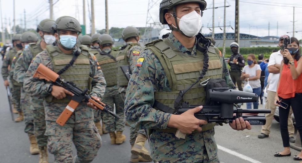 Miembros de la Fuerza Marítima Ecuatoriana patrullan afuera del Centro de Privación de Libertad Zona 8 en Guayaquil, Ecuador, el 23 de febrero de 2021. (Foto de Marcos Pin Mendez / AFP).