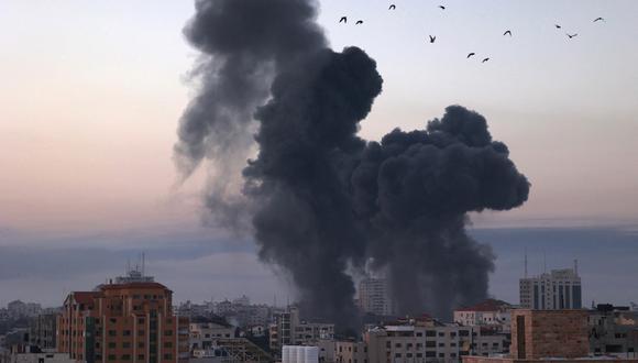 El humo se eleva después de un ataque aéreo israelí en la ciudad de Gaza cerca del parque de Barcelona y varios lugares gubernamentales, uno de los ataques aéreos más grandes en la Franja de Gaza, a principios del 12 de mayo de 2021. En respuesta, Hamas asegura que lanzó 200 cohetes. (Foto: MOHAMMED ABED / AFP).
