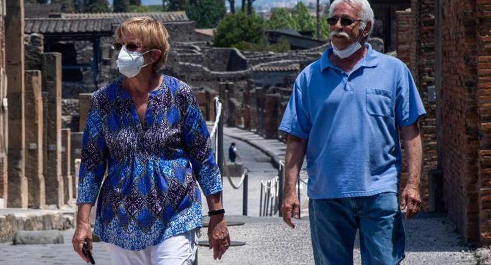 Marvin y Colleen Hewson, que pasaron el encierro por el coronavirus en Italia desde el 7 de marzo, son vistos recorriendo el sitio arqueológico de Pompeya. (AFP / Tiziana FABI).