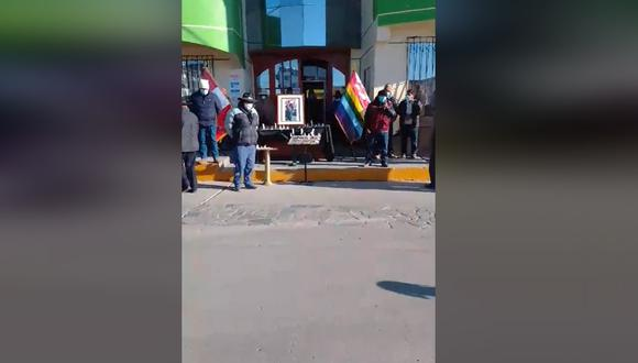 Cusco: funcionarios del distrito de Pallpata y sus familiares rindieron homenaje póstumo a Alfonso Villagra Merma. (Foto: Captura de video)