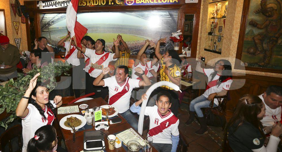 Foto 1: Hinchas alistan la previa del Perú vs. Argentina en 'La Bombonera'.