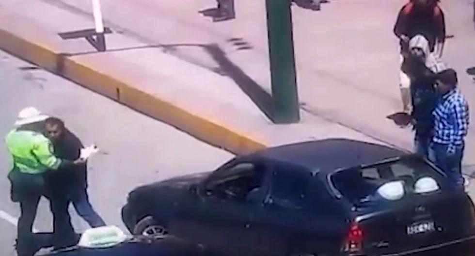 Sujetos golpean e intentan atropellar a policía que lo intervino tras estacionar en zona prohibida. Foto: Captura de Cadena tv Huancayo