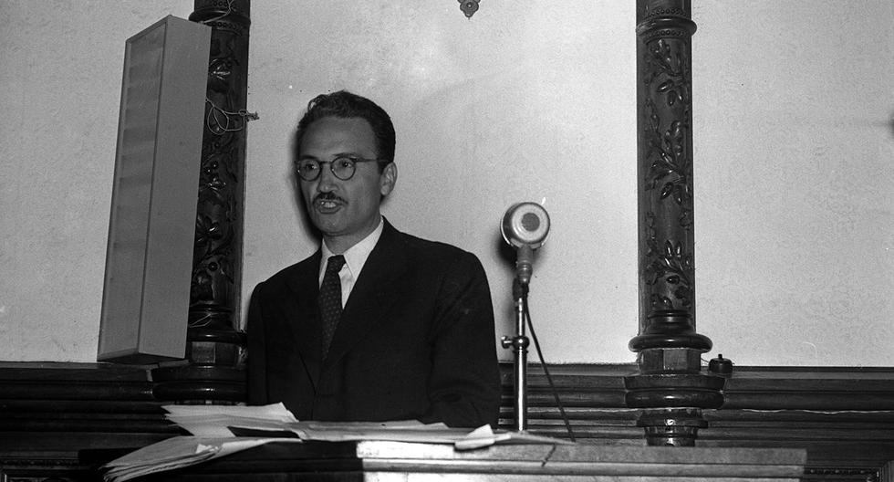 LIMA, 7 DE SETIEMBRE DE 1955EL ESCRITOR PERUANO JOSE MARIA ARGUEDAS EN LA ASOCIACION NACIONAL DE ESCRITORES Y ARTISTAS, ANEA.FOTO: EL COMERCIO
