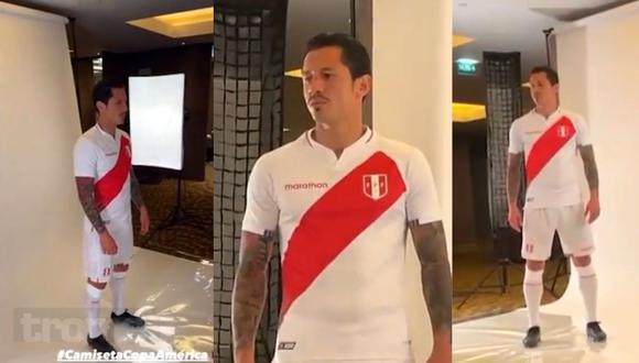 Gianluca Lapadula posó con la nueva camiseta de la selección (Foto: Twitter)