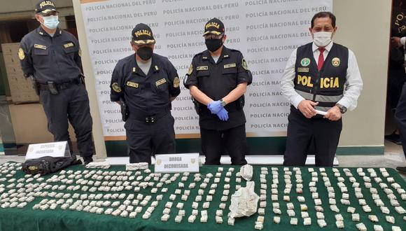Dos integrantes del 'Clan familiar Herrera Trujillo', quienes según la policía, abastecían solo al por mayor ketes de pasta básica de cocaína a los microcomercializadores, fueron detenidos, en La Victoria. (foto: Mónica Rochabrum)