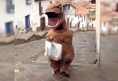 Cusco: 'Bromista' se disfraza de dinosaurio y sale a pasear burlándose del estado de emergencia
