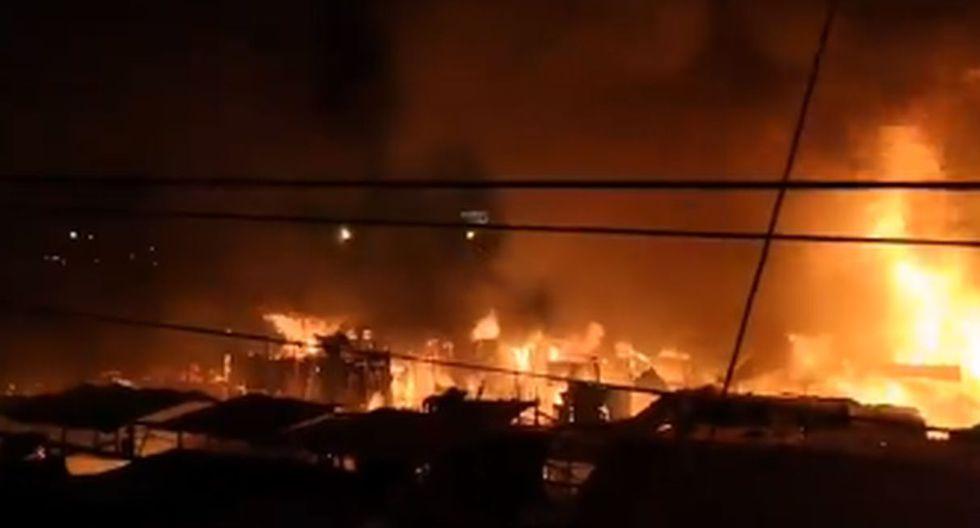 Voraz incendio consume decenas de puestos del mercado Bolívar de VES. Foto: Captura de video de @jroca2009
