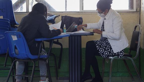 Una estudiante toma clase junto a su maestra en una escuela de Ciudad de México. (Foto referencial: EFE/Carlos Ramírez)