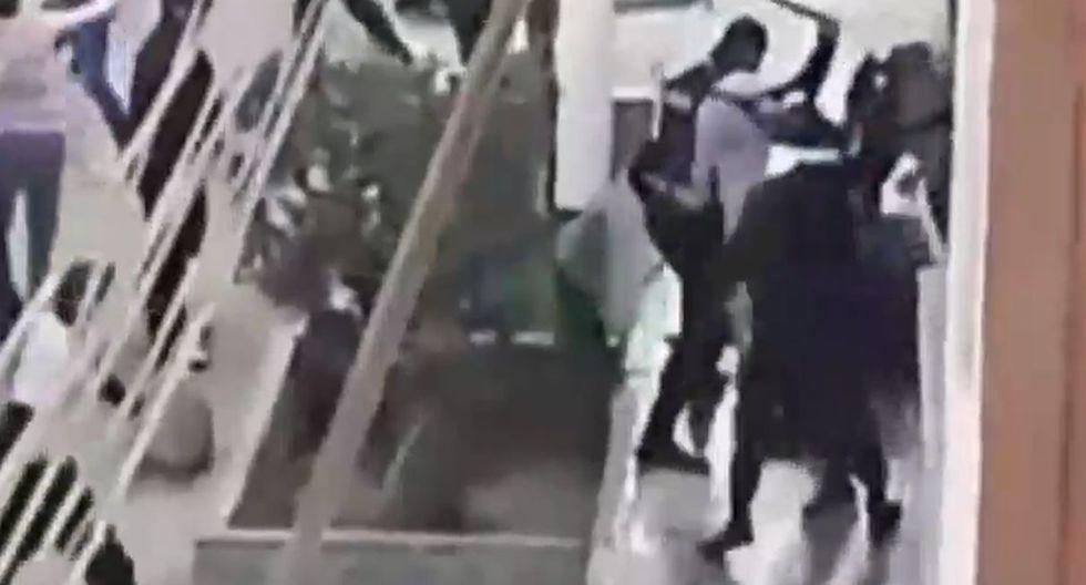 Extranjeros hacen huir a serenos a pedradas pero agentes regresan con refuerzos y les dan golpiza. Foto: Captura de pantalla de América Noticias