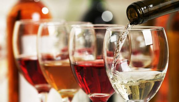 La mujer probó el vino y sintió un extraño sabor en su copa. (Foto/Referencial: Shutterstock)