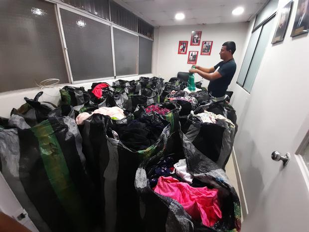 Agentes de la Policía Fiscal y representantes del Ministerio Público allanaron un taller clandestino de ropa deportiva 'bamba' de reconocidas marcas en pleno corazón del emporio comercial de Gamarra, en La Victoria.