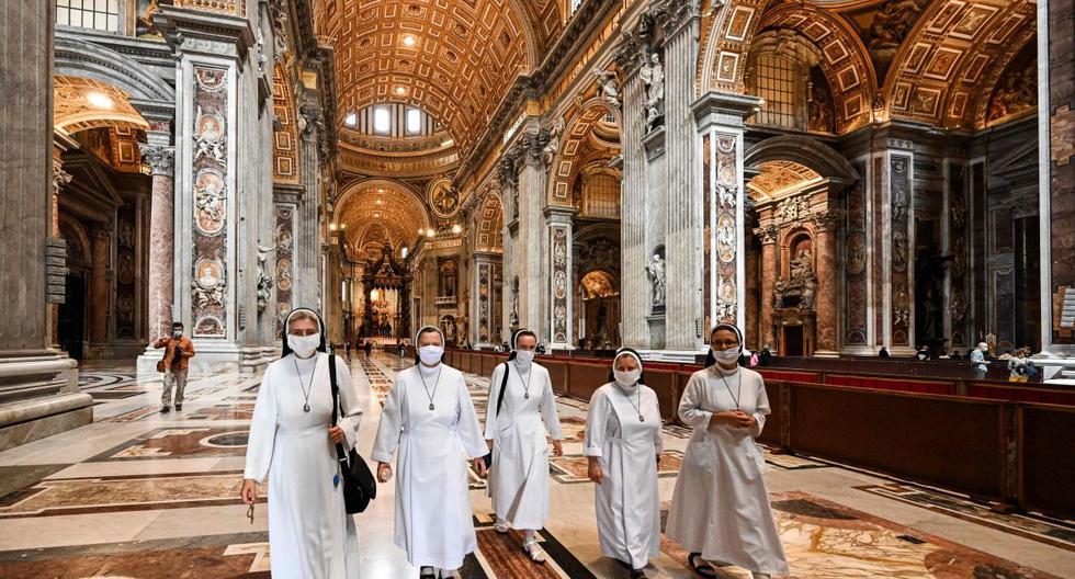 Las monjas visitan la Basílica de San Pedro cuando se reabre el 18 de mayo de 2020 en el Vaticano durante el encierro destinado a frenar la propagación de la infección COVID-19, causada por el nuevo coronavirus. (AFP / Vincenzo Pinto)
