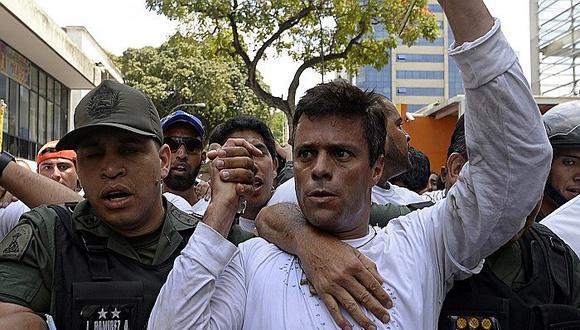 Leopoldo López de 49 años, purgaba una condena de casi 14 años por haber sido la cara más visible de la ola de protestas callejeras contra el presidente Nicolás Maduro en el 2014, cuando se entregó. (Foto: AFP)