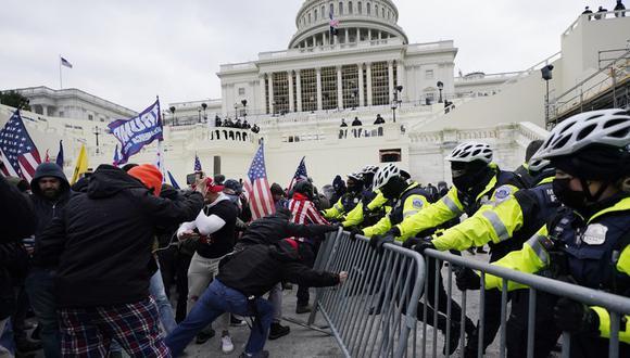 Los partidarios de Donald Trump intentan atravesar una barrera policial, el miércoles 6 de enero de 2021 en el Capitolio de Washington. (Foto AP / Julio Cortez).