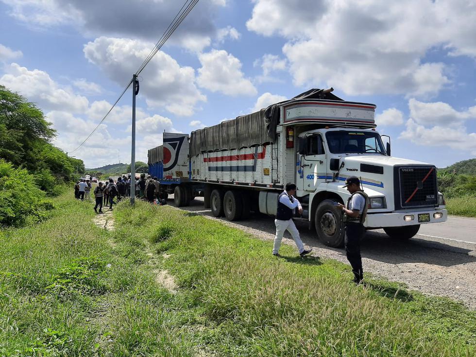 Tumbes. Venezolanos ilegales viajaban ocultos en este camión. (PNP)
