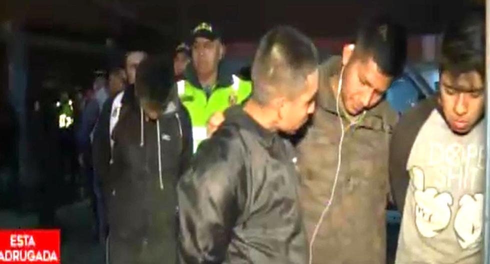 Más de 60 delincuentes asaltan restaurante campestre y se llevan hasta los balones de gas. Foto: Captura de pantalla de Primera Edición