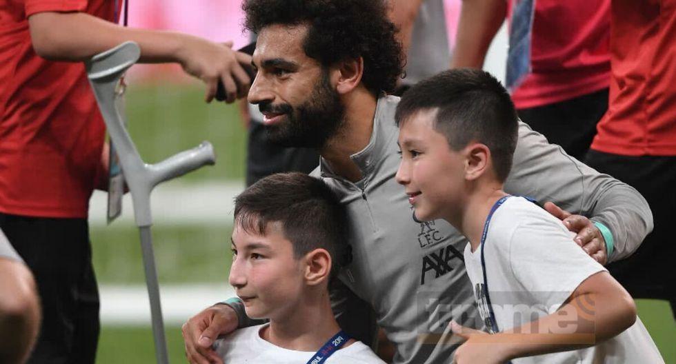 Mohamed Salah conmovió al jugar con niño con discapacidad antes de la Supercopa