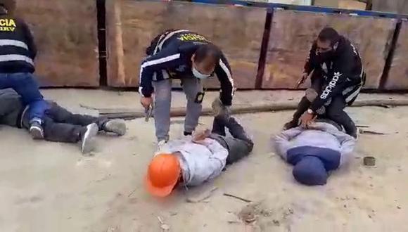 Sujetos terminaron en el piso luego de ser intervenidos por la Policía.   Foto: Difusión