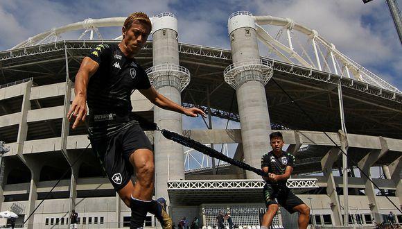 Alexander Lecaros entrenando con Keisuke Honda en Botafogo. (Foto: Vitor Silva / Botafogo)