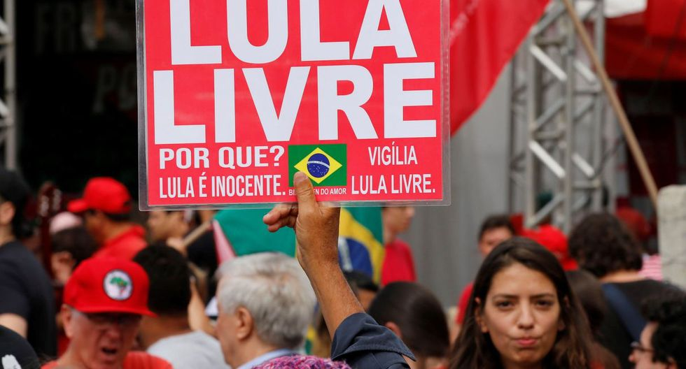 Manifestantes se reunen a las afueras de la prisión donde permanece el ex presidente Lula da Silva. (Foto: EFE)