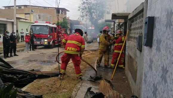 Rápida presencia de bomberos y serenos, evitó que el fuego alcance a las viviendas colindantes (Foto: Municipalidad de Talara)