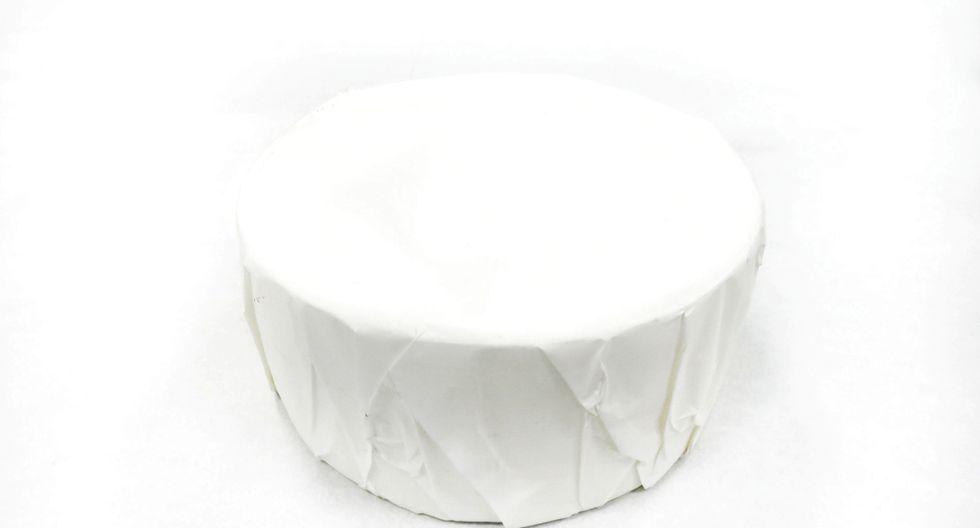 Aparte envuelve un molde circular con papel manteca. (Foto:Tana Chocolatería )