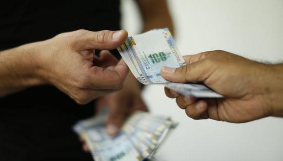 Si no tiene deudas pendientes, destine una parte de su gratificación en el ahorro. Ahorrar siempre será una de sus mejores opciones. (seniorplanning.org)