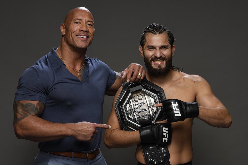 'La Roca' le entregó el cinturón BMF a Jorge Masvidal. (Twitter UFC)