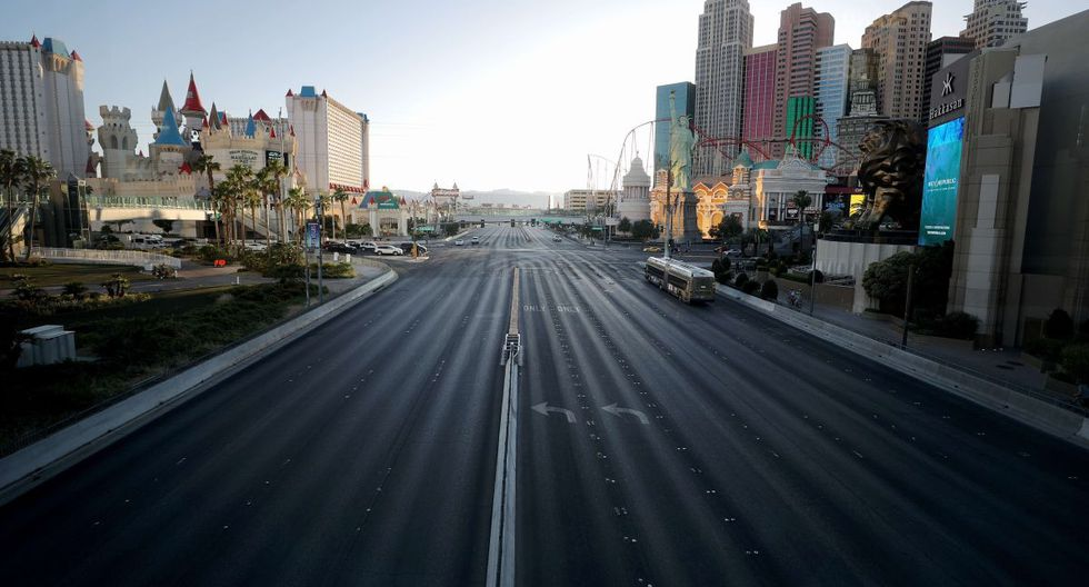 El panorama de Las Vegas, usualmente iluminado por las luces de los negocios que mantenía despierto a la ciudad, luce incoloro. En esta ciudad la mayoría de las empresas han estado cerradas desde el 17 de marzo en respuesta a la pandemia de coronavirus (COVID-19) en Las Vegas, Nevada. (Mario Tama/Getty Images/AFP)