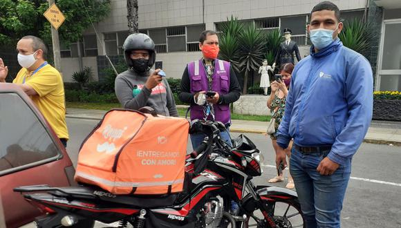 El empresario Roberto Jorge Valdivia Osorio (41) fue detenido y denunciado por el delito de tentativa de homicidio por amenazar y apuntarle con una pistola en la cabeza al joven repartidor de delivery, Oswaldo Giran Sandoval (27), cuando le fue a entregar su pedido de delivery.