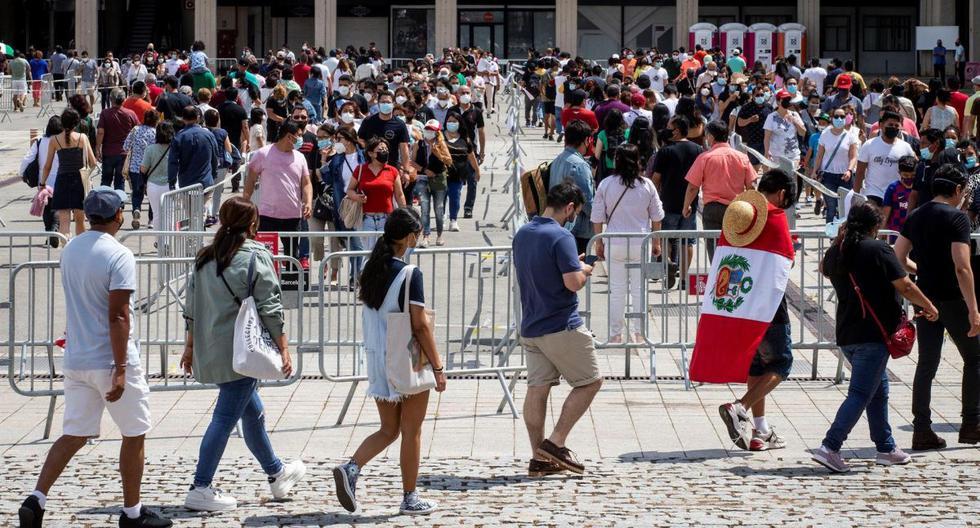 La comunidad peruana residente en Cataluña, España, vota en el recinto ferial de Montjuic en Barcelona, el 6 de junio de 2021. (EFE/ Enric Fontcuberta).