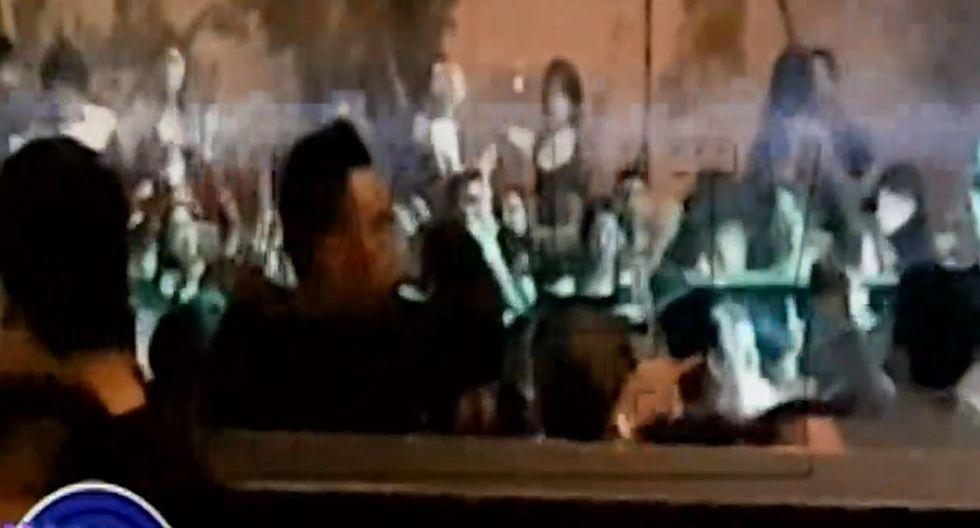 Christian Cueva, con botella de cerveza en mano, disfrutó de concierto en Trujillo. (Capturas: Magaly Tv. La firme)