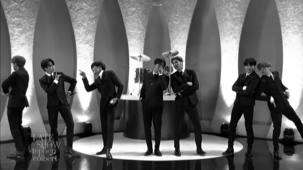 "BTS rinde tributo a The Beatles en su debut en ""The Late Show"" de Stephen Colbert (Foto: Captura de pantalla)"