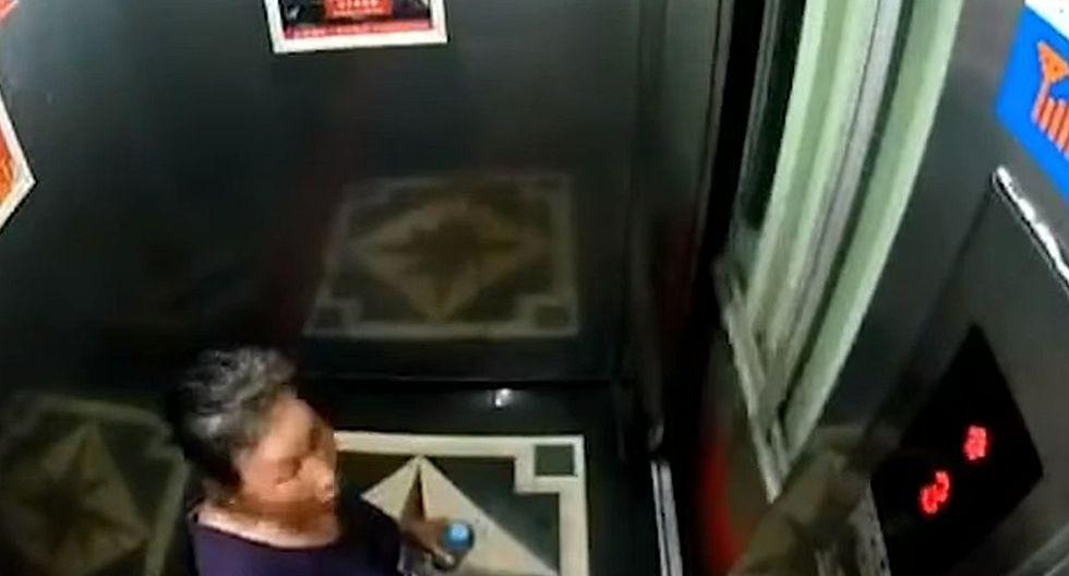 La otra mujer que estaba en el ascensor vivió tremendo susto. (Foto: captura Facebook)