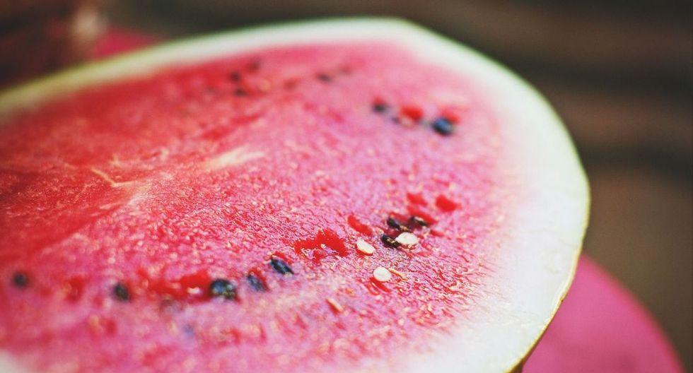 La sandía tiene propiedades antiflamatorias que alivia y limpian el sistema de vías urinarias. Es la fruta con mayor concentración de agua en su interior. (Foto: Pixabay)