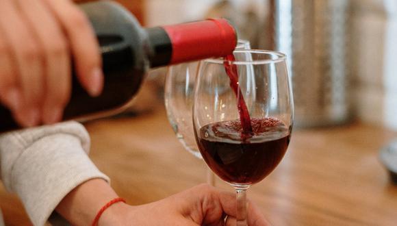 Los trucos caseros para quienes buscan quitar manchas de vino de la ropa. (Foto: Pexels)