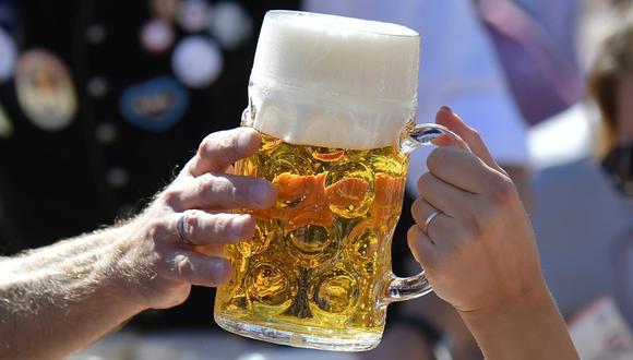 Imagen referencial. Una jarra de cerveza es entregada en medio de un festival. (Tobias SCHWARZ / AFP).